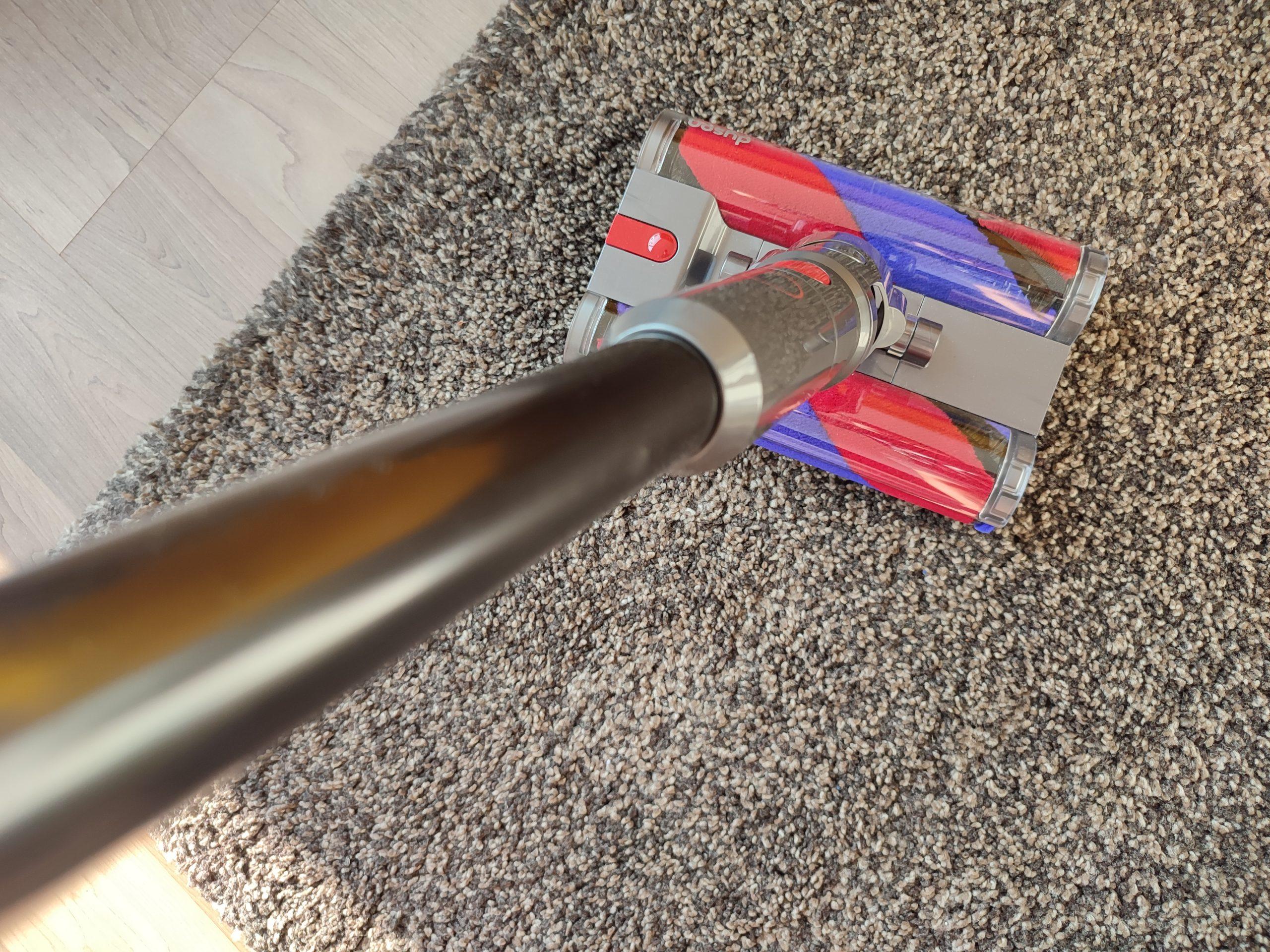 Dyson Omni-Glide Akkusauger auf Teppich