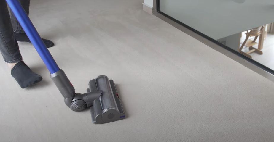 Dyson V11 Absolute Akkusauger auf Teppich