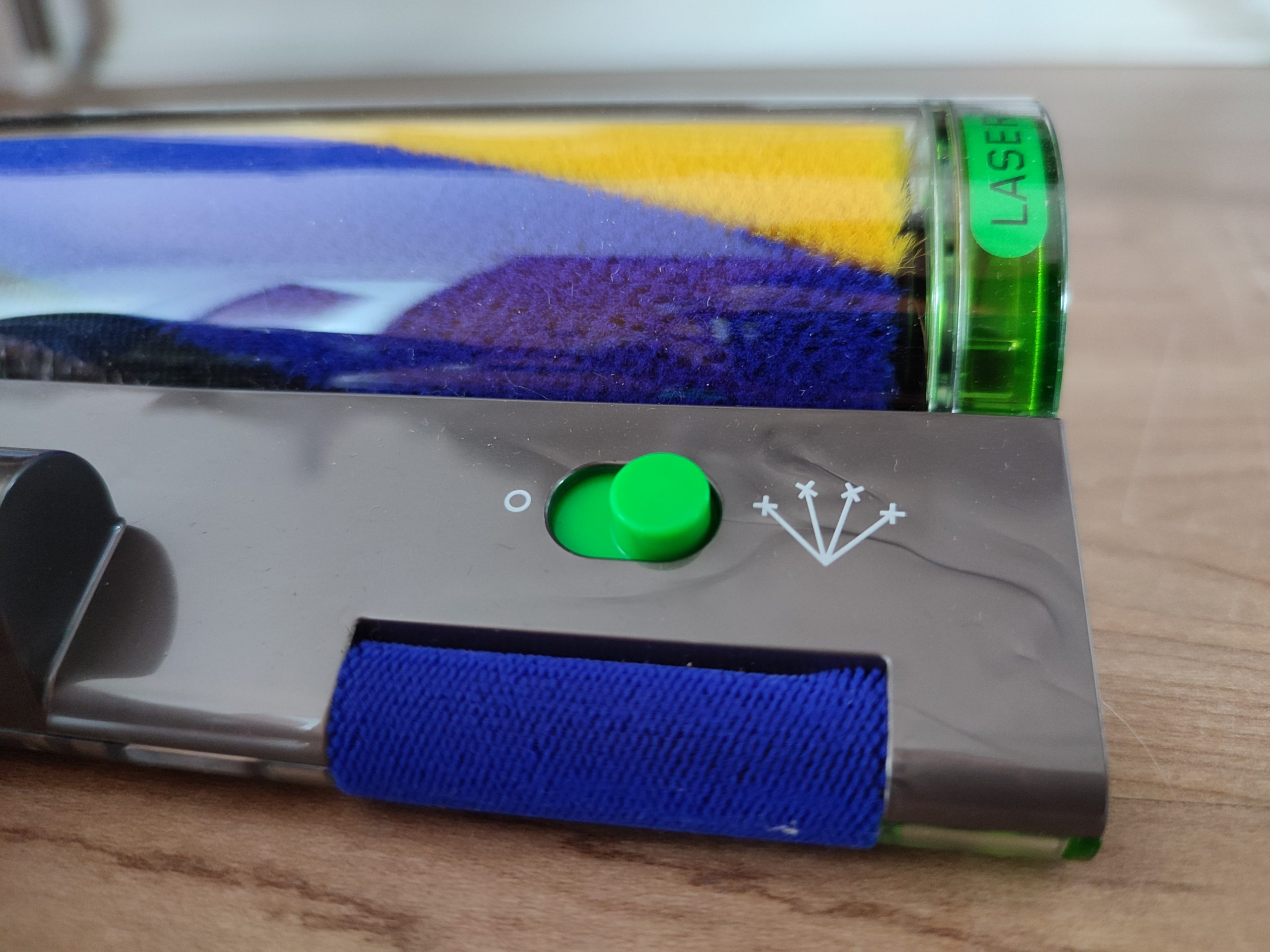 Dyson V15 Detect Akkusauger Laser einschalten