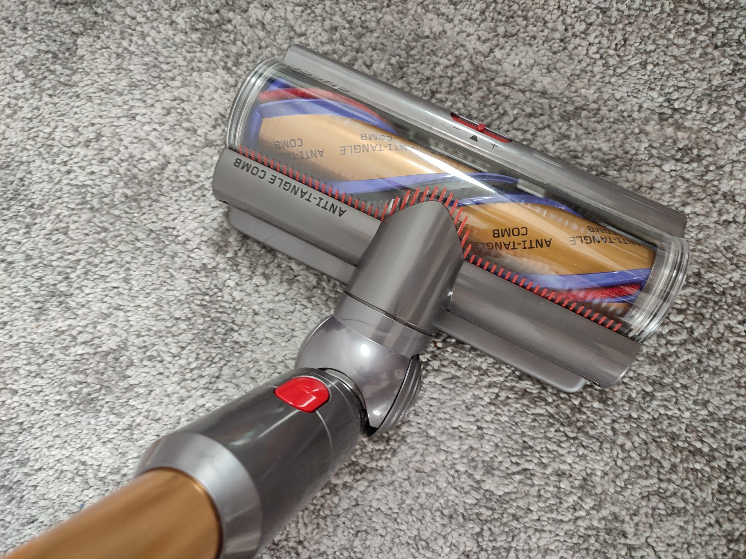 Dyson V15 Detect Akkusauger Torque Drive auf Teppich
